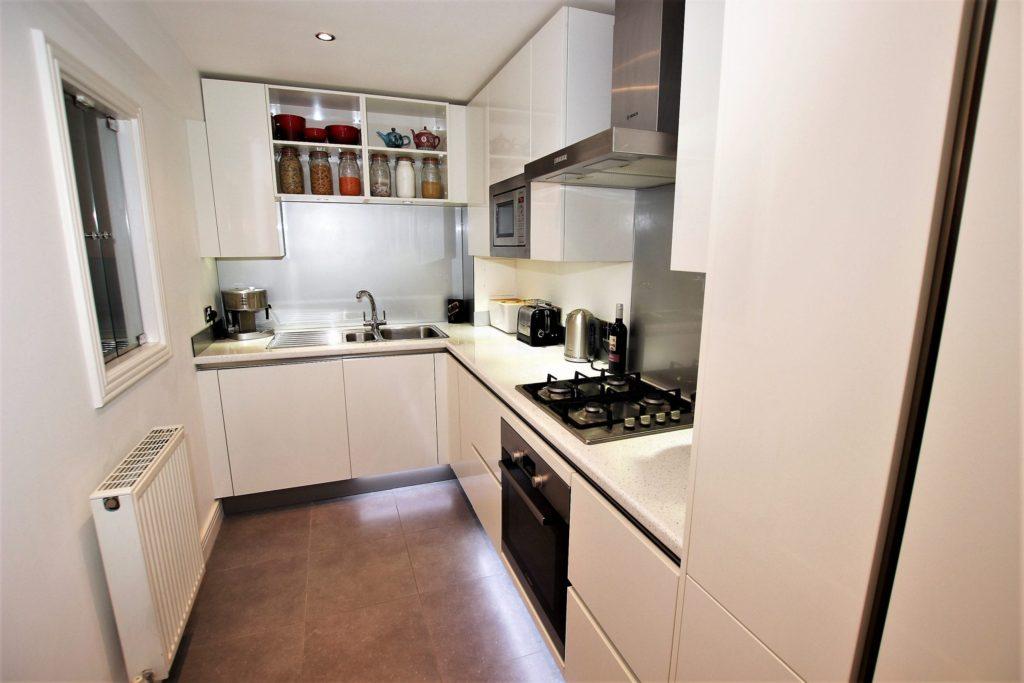 дизайн маленькой кухни с белым гарнитуром