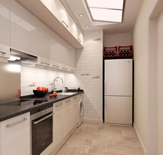 Маленькая кухня в частном доме с окном
