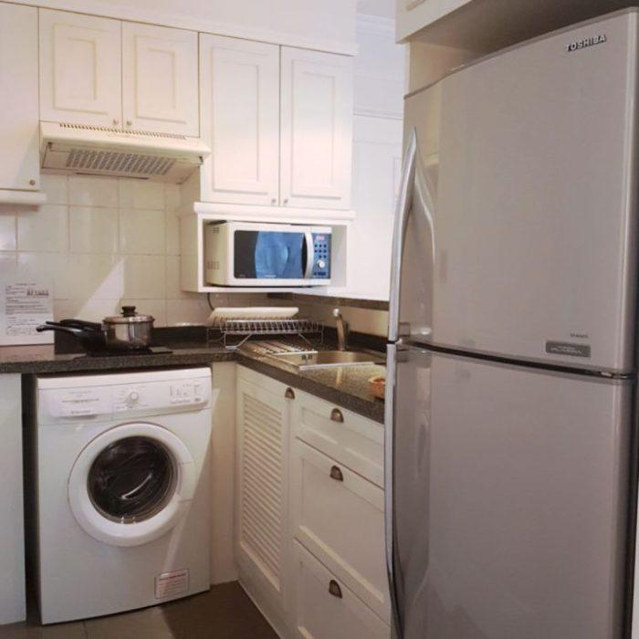 угловая кухня со встроенной стиральной машиной