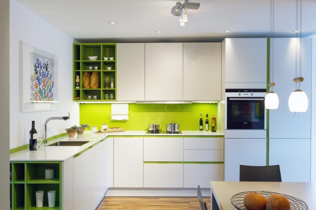зеленый фартук на кухне