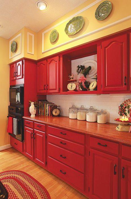 яркие желтая кухня