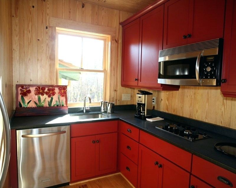 маленькая кухня в деревянном доме