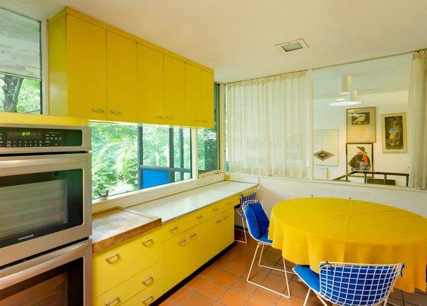 желтые стены на кухне