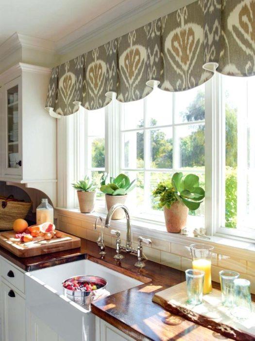 кухня в доме с большим окном