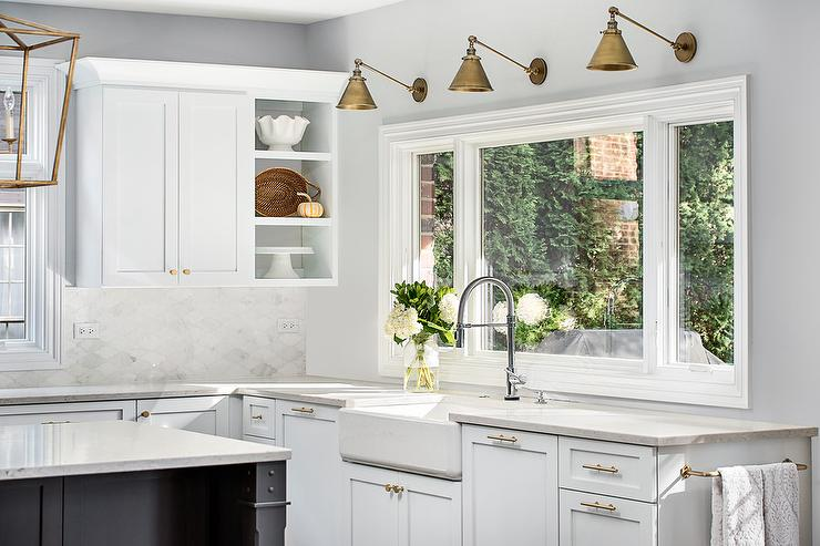 интерьер кухни с большими окнами