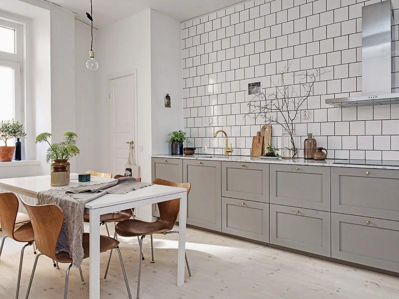 фартук из белой плитки на кухне