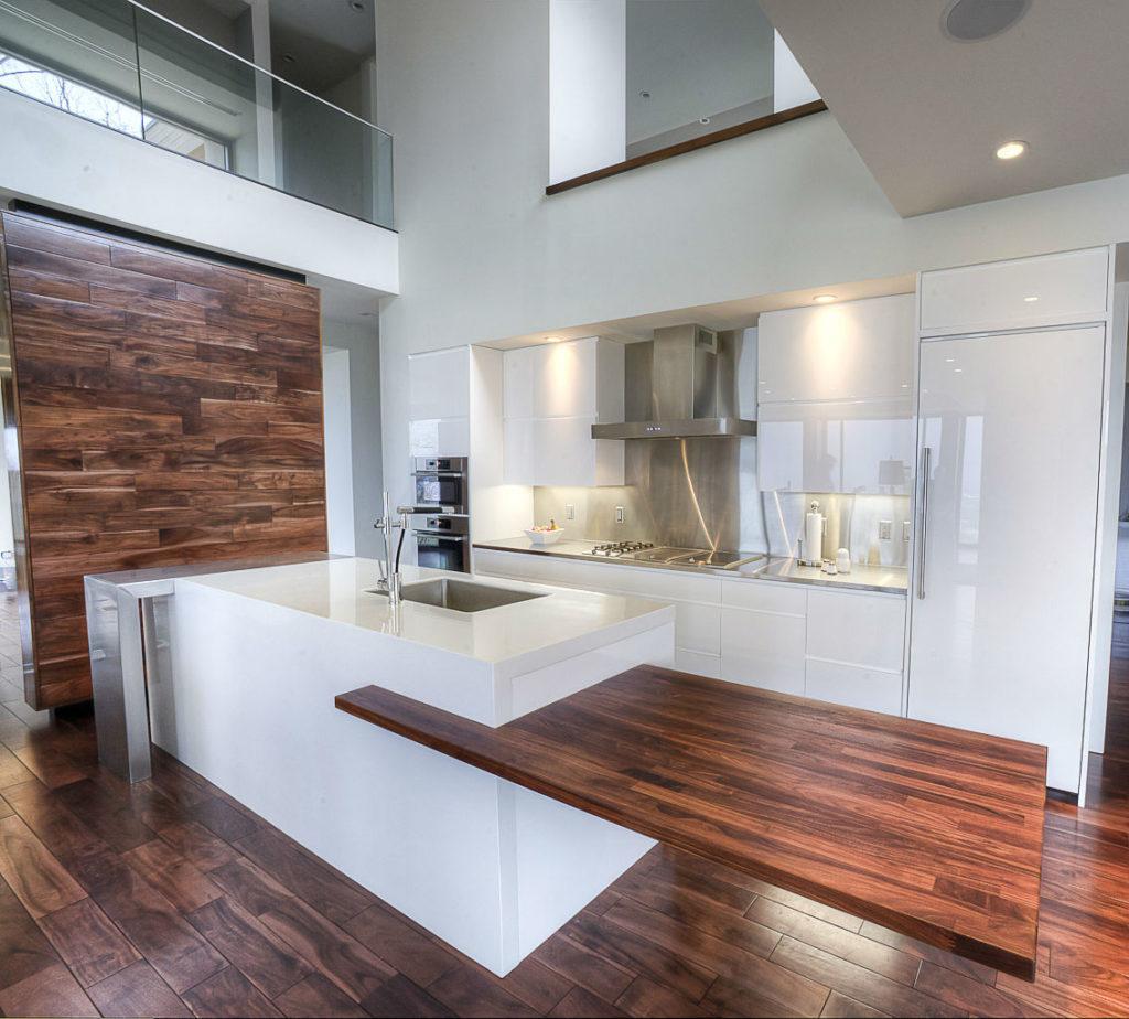 кухни с деревянной столешницей и фартуком