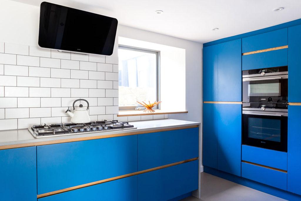 кухня с синим гарнитуром