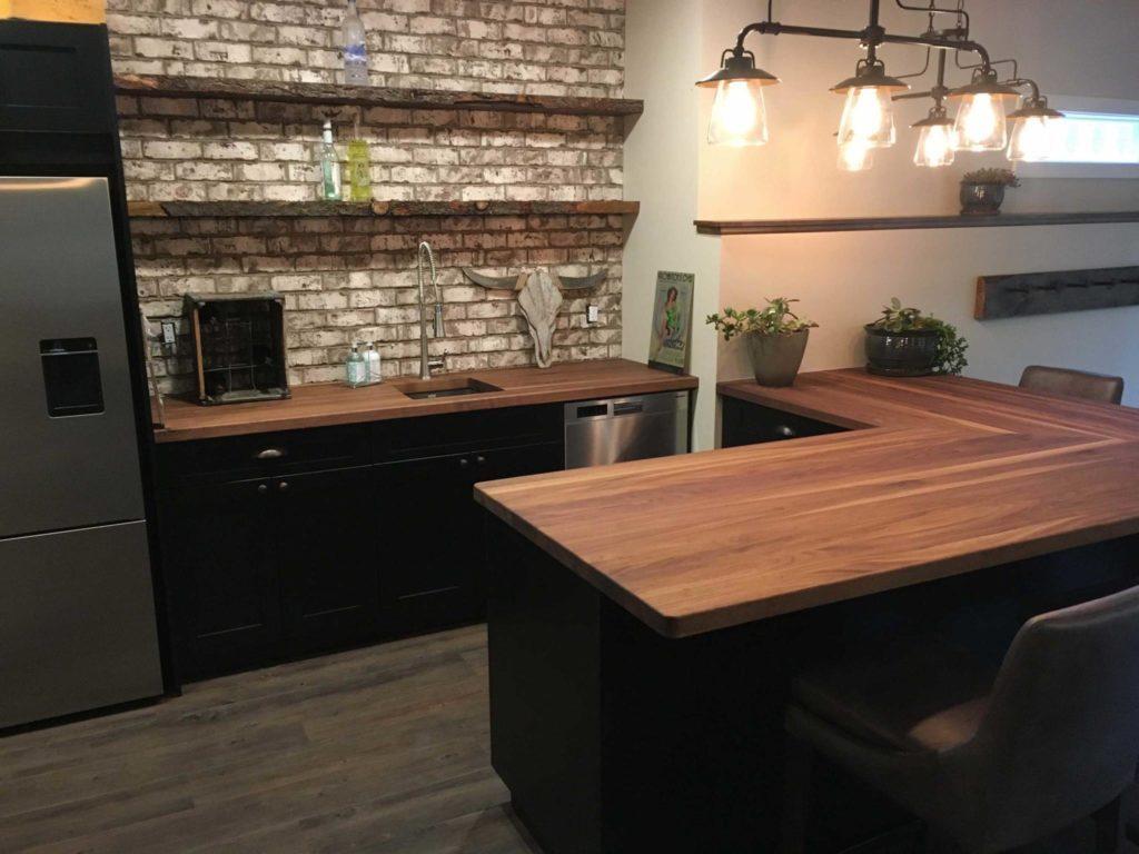 интерьер кухни с деревянной столешницей