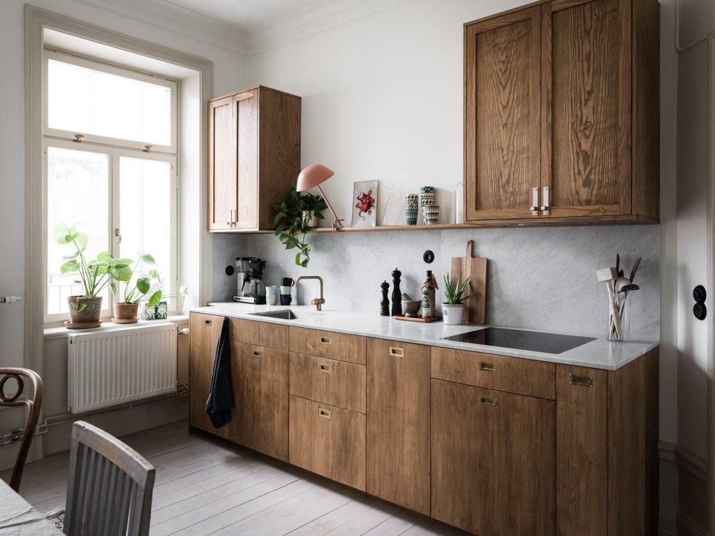 маленькая кухня на даче в деревянном доме