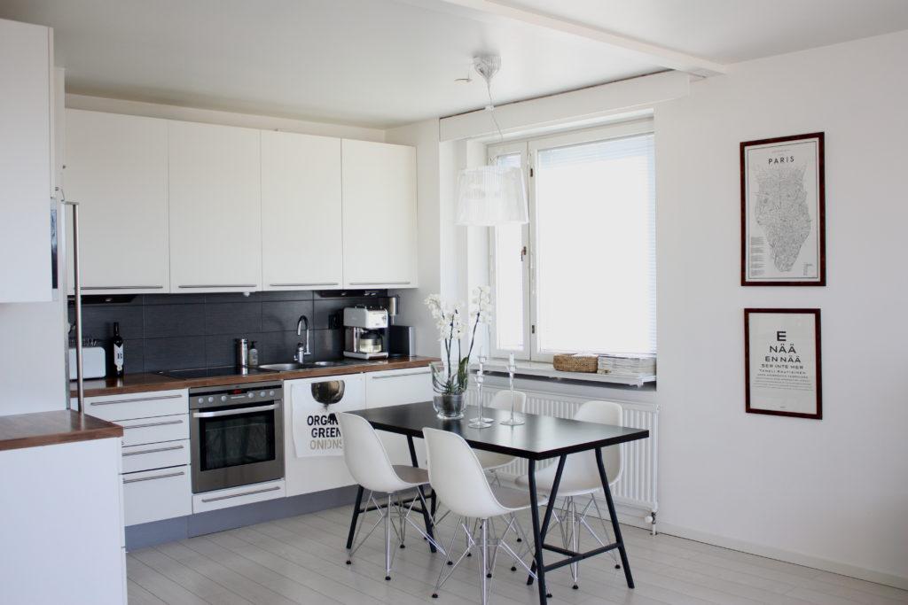 белая кухня с черным фартуком и столешницей