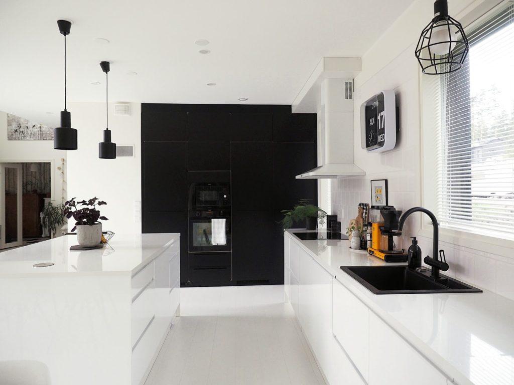 фото черных кухонь с белой столешницей