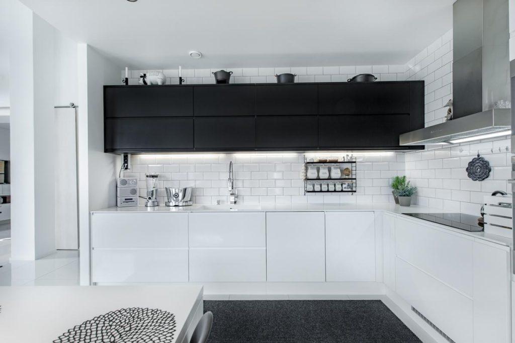 кухня белый верх черный низ