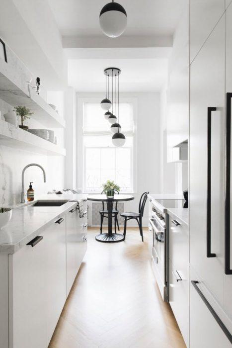 фото маленькой кухни с холодильником