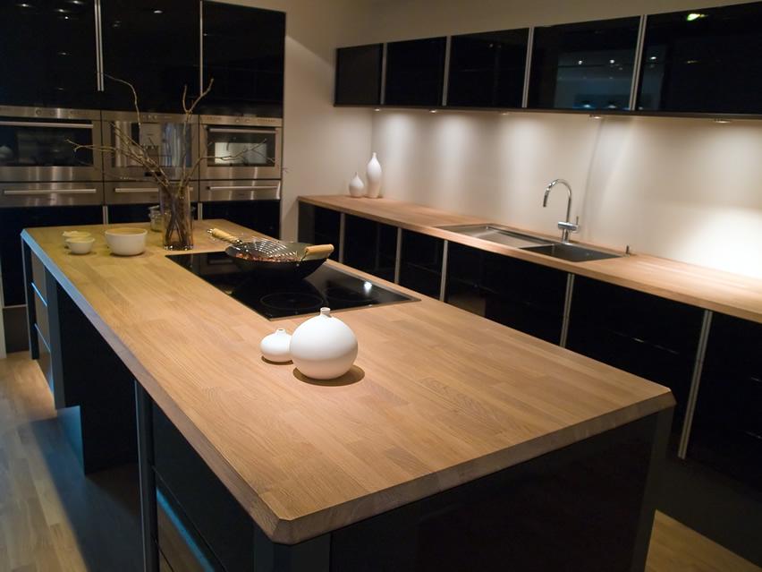 черная кухня с деревянной столешницей фото