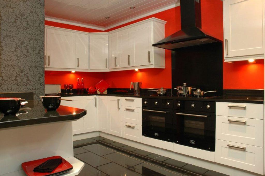 красные стены на кухне