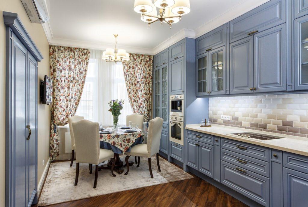 интерьер кухни со столом фото51 интерьер кухни со встроенной техникой фото32 интерьер кухни со светлой мебелью32 интерьер оранжевой кухни со шторами фото
