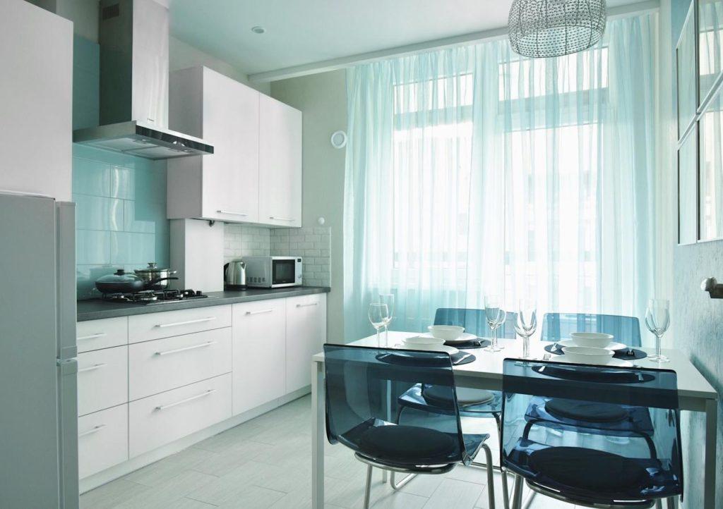бирюзовая кухня какие шторы