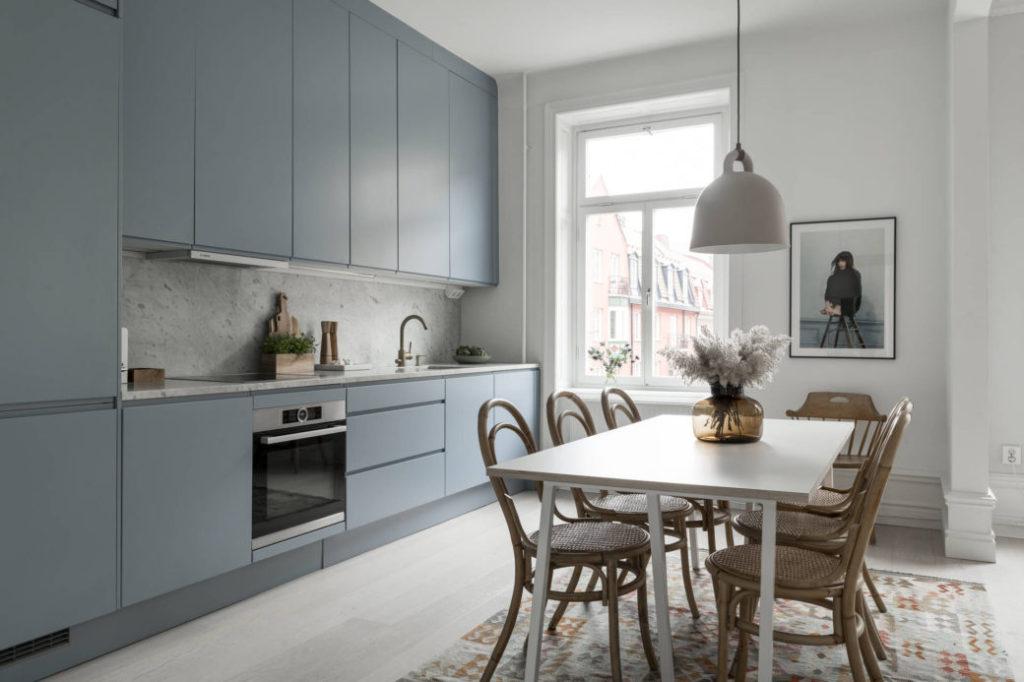 кухня с голубым фартуком