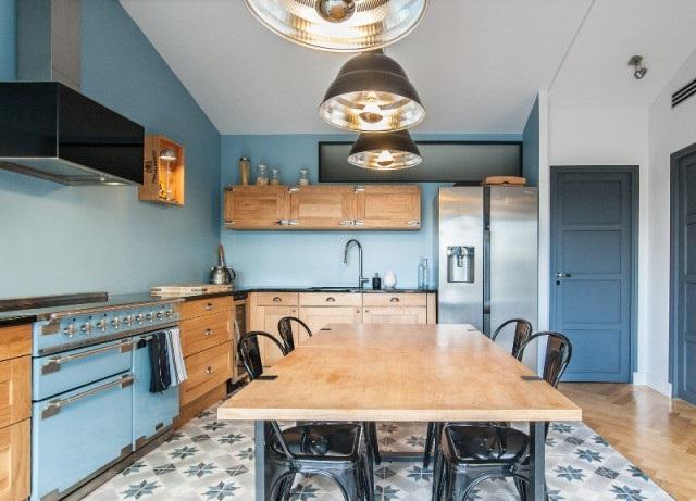 голубая деревянная кухня