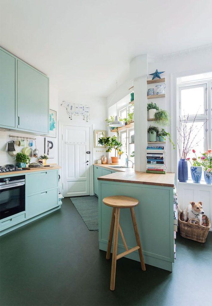 бирюзовый интерьер кухни гостиной