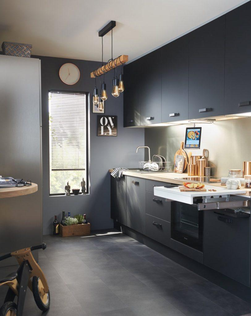кухня с черным полом
