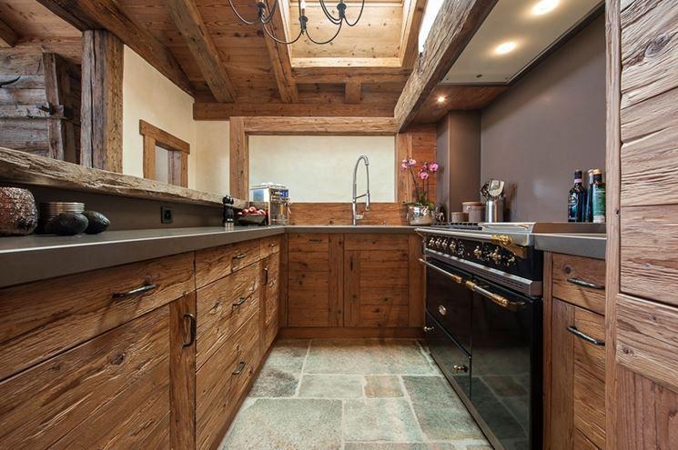 кухня в стиле шале в загородном доме