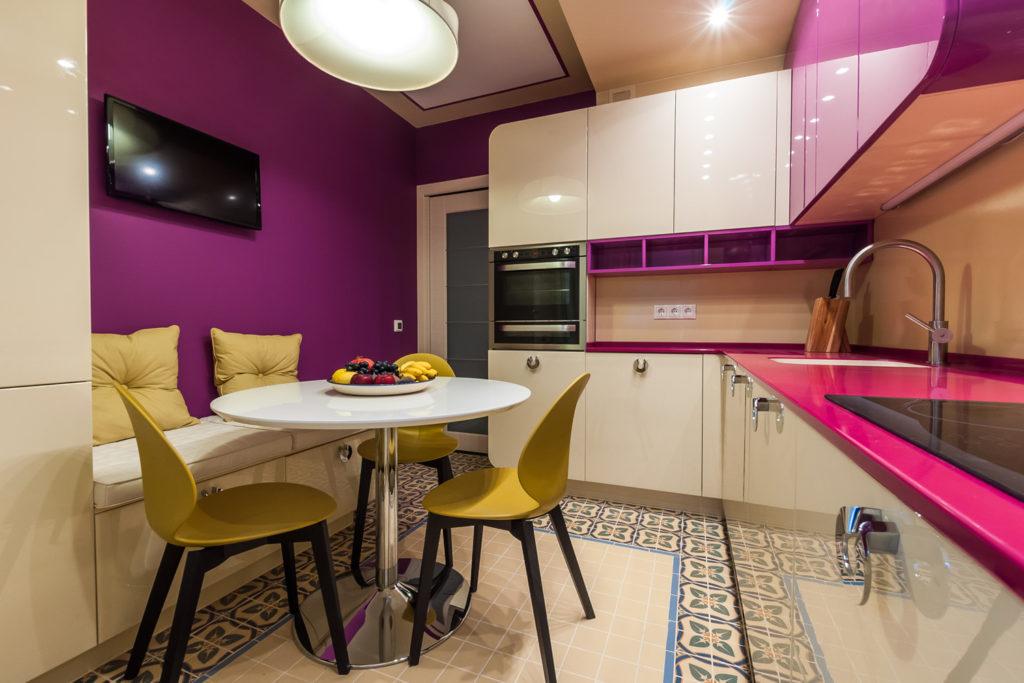 бело розовая кухня