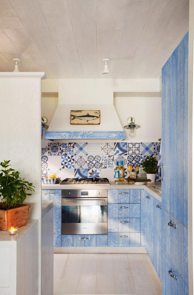 плитка фартук кухни голубым