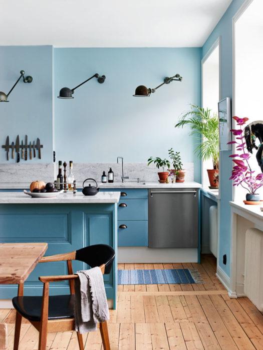 голубая кухня глянец