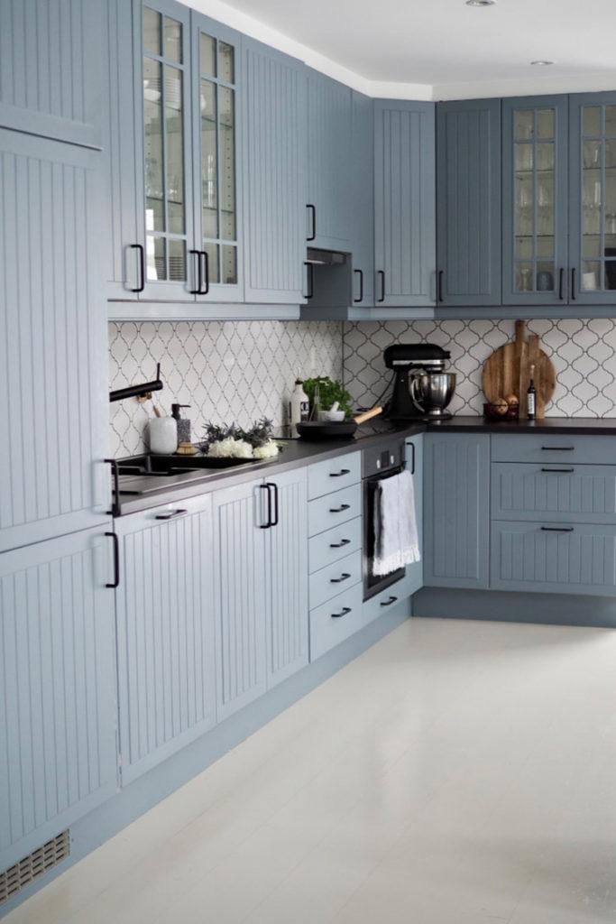 бледно голубая кухня