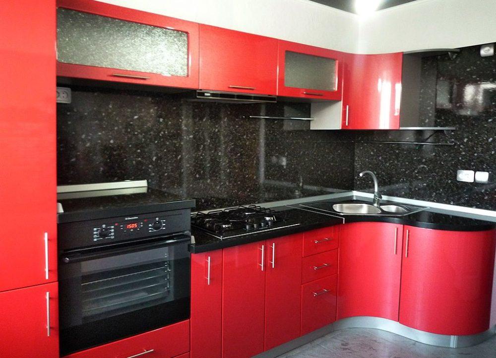 красная кухня какого цвета стены