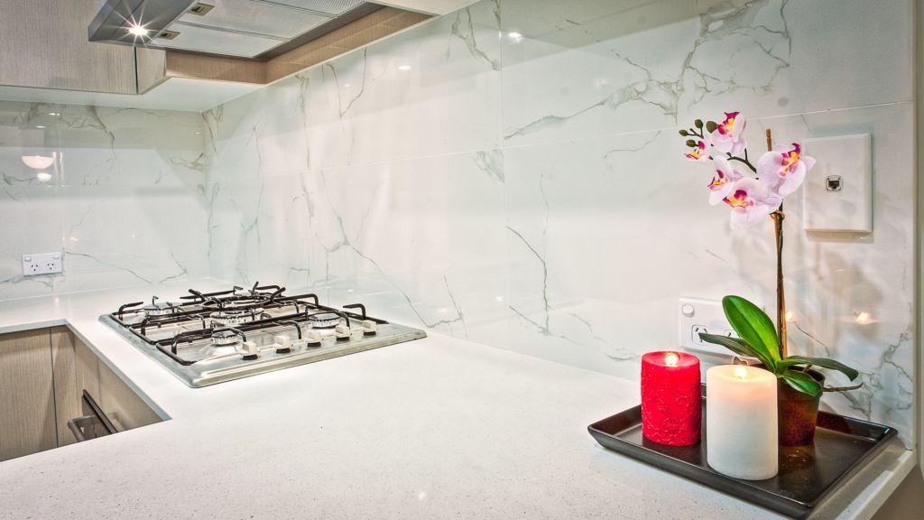 белый мраморный кухонный фартук