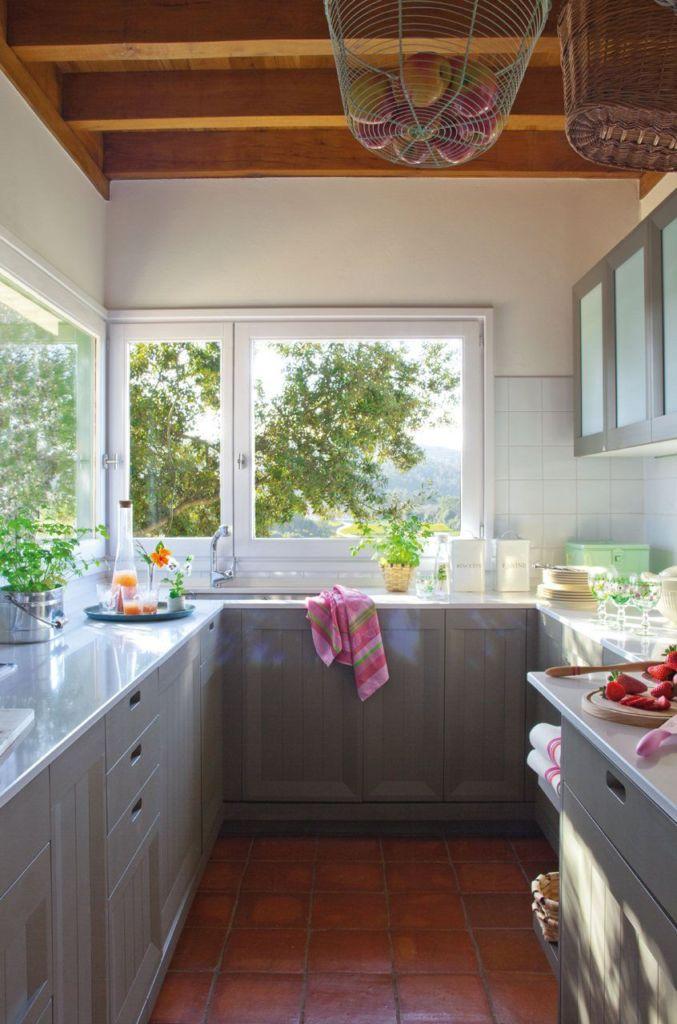 кухня в доме с двумя окнами