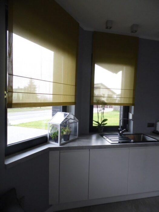 кухня между двумя окнами