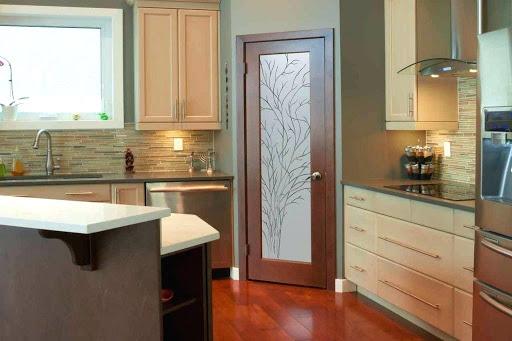 кухня рядом с дверью