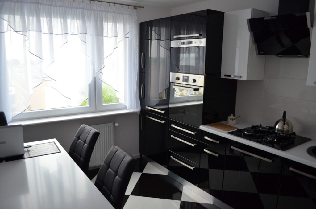черный гарнитур кухонный какие обои