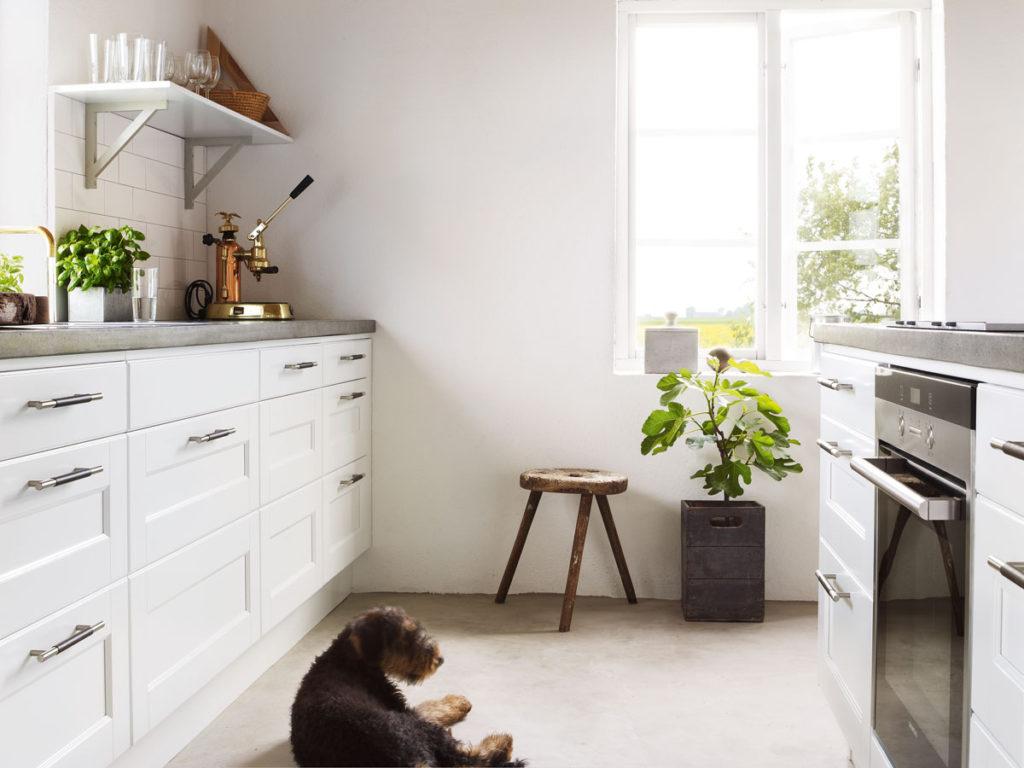 маленькая кухня в белом цвете