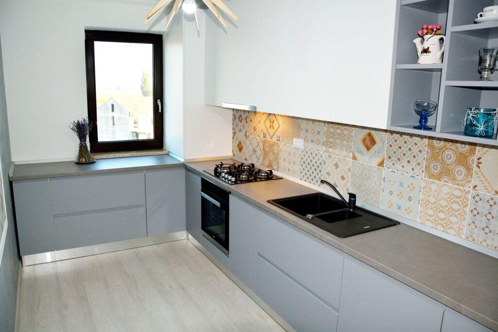 серая кухня в интерьере фото