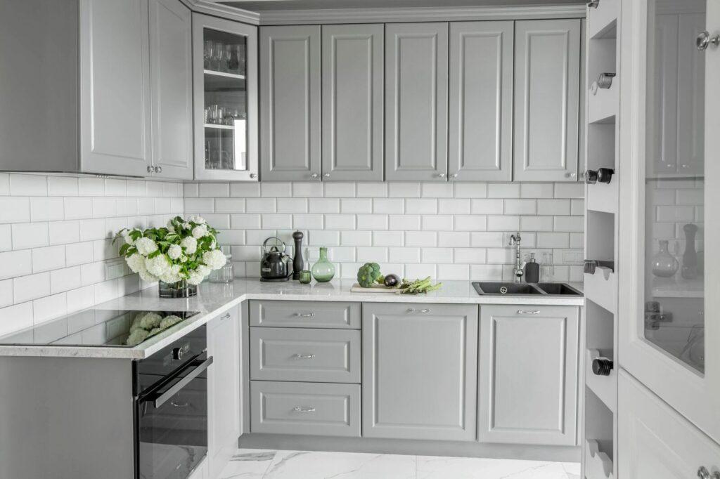маленькая серая кухня