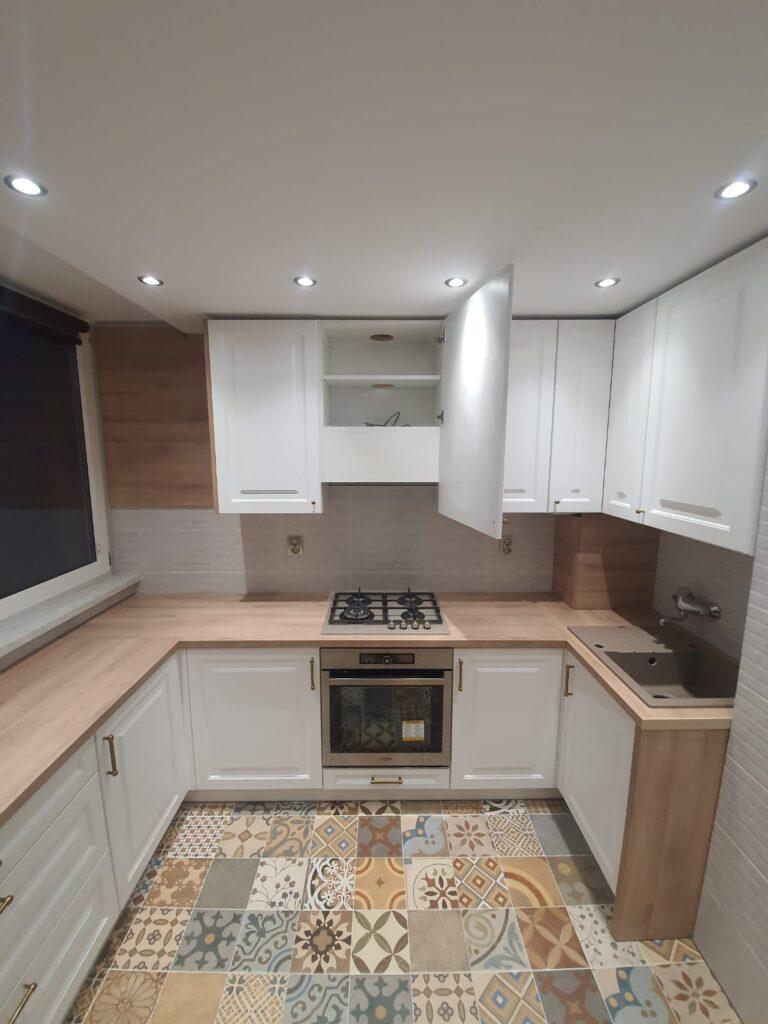 бело серая кухня с деревянной столешницей