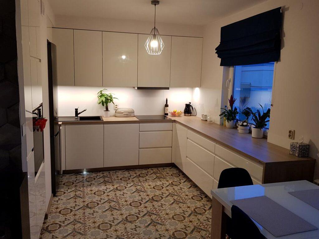 интерьер белой кухни с деревянной столешницей