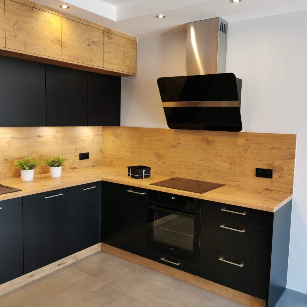 черный глянцевый кухонный гарнитур