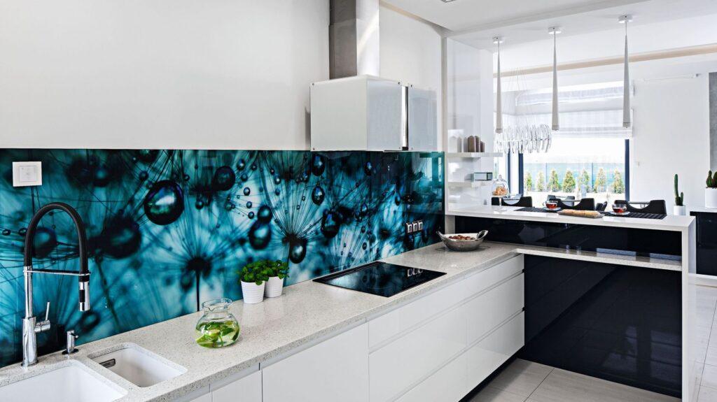 кухня с синим фартуком